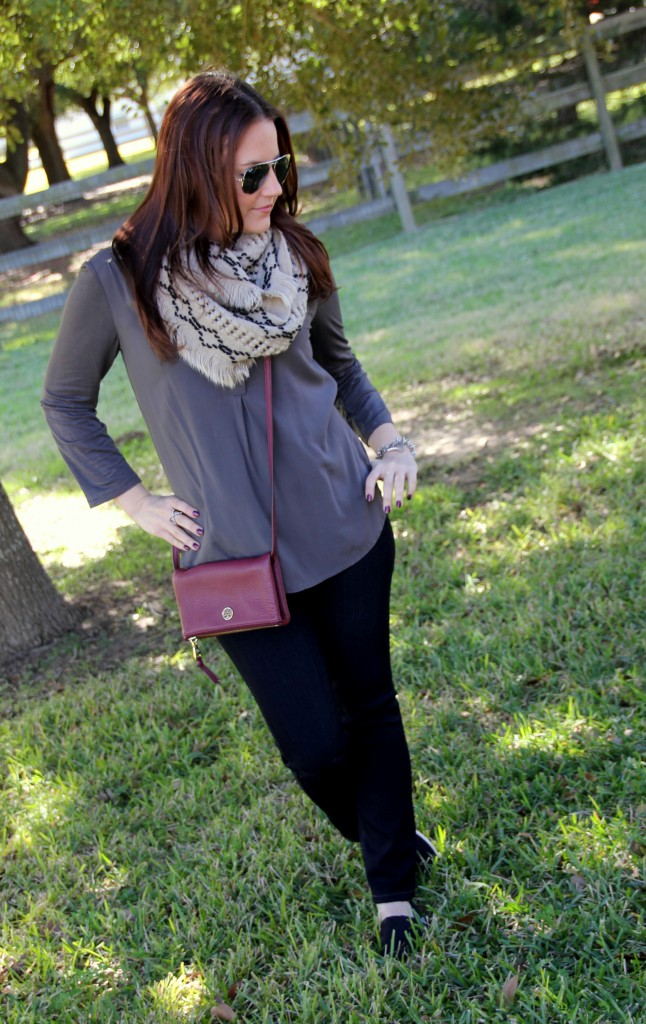 Vacation Outfit Idea - Skinny Jeans, Comfy Top, Toms and cross-body bag, perfect for a day of walking!