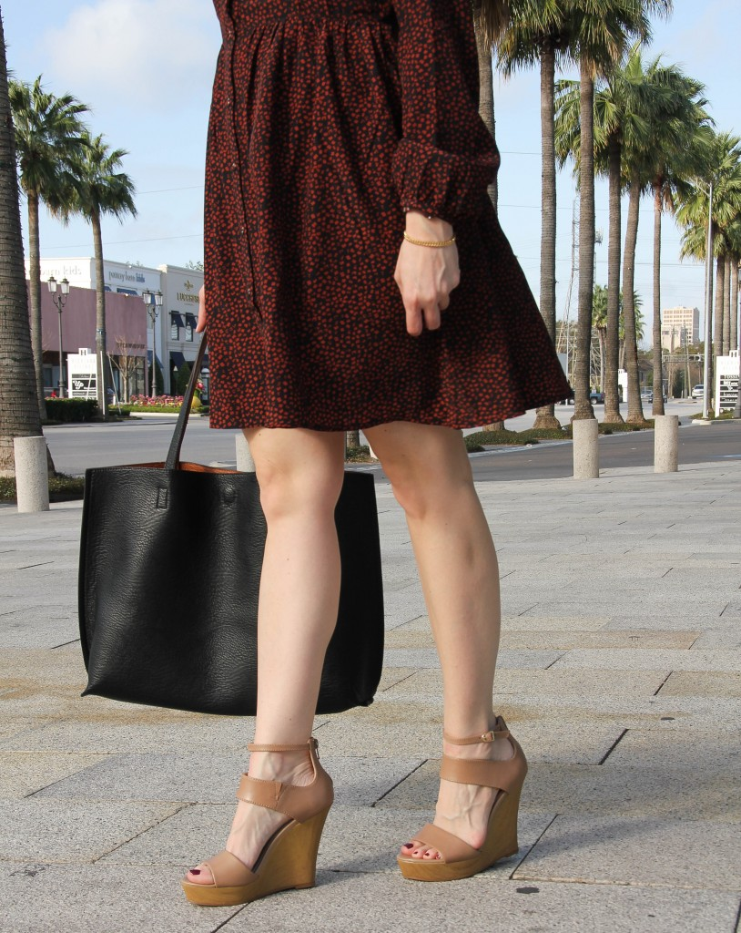 nude wedge sandals with black tote bag