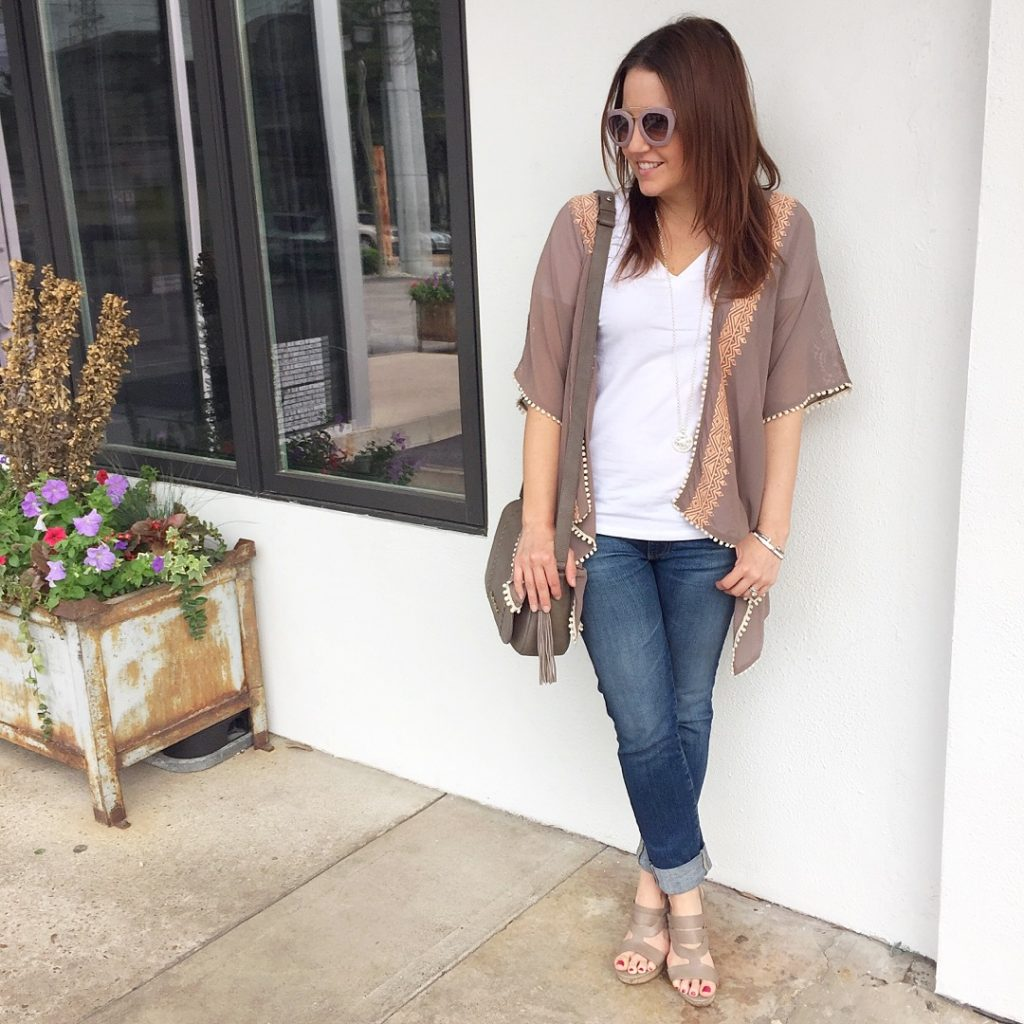 how to wear a kimono with cuffed jeans and wedges