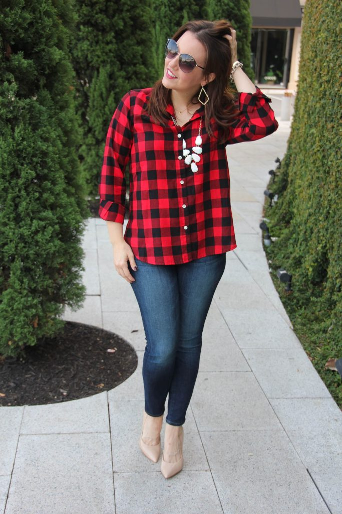 Fall outfit idea with plaid shirt and skinny jeans.